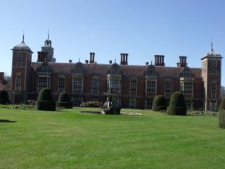 Blickling Hall - fountain by Flickr user ell brown