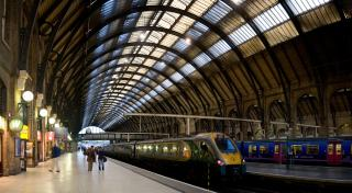 Kings_Cross_Station_Platforms,_London_-_Sept_2007.jpg by Freebase
