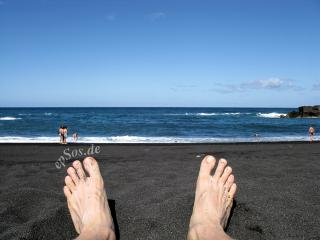 Lazzy Feet on a Blue Ocean Beach vacation by Flickr user epSos.de
